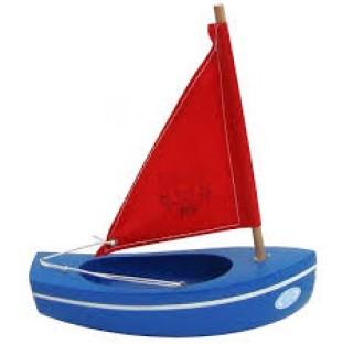 Voilier en bois navigable  coque de couleur bleue, voile rouge, fabriqué en France